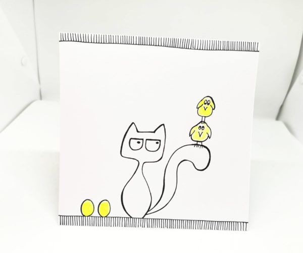 Kartka wielanocna kotek z żołtymi kurczakami na ogonie i żółtymi pisankami, ręcznie robiona