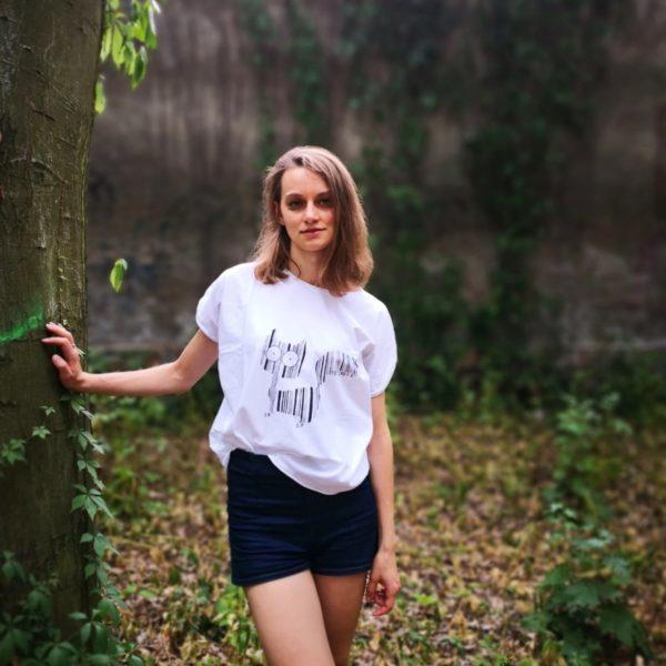 dziewczyna w bialej koszulce z namalowanym kotem kodem kreskowym
